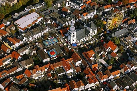 Aerial photo, fair, ferris wheel, market place with Marienkirche Church, Lippe, Lippstadt, Soest District, Soester Boerde, South Westphalia, North Rhine-Westphalia, Germany, Europe