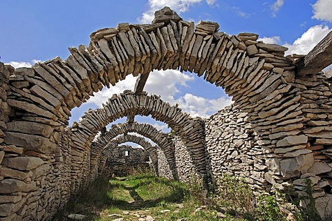 Ruin of a sheep shelter, Le Contadour, Vaucluse, Provence-Alpes-Cote d'Azur, Southern France, France, Europe