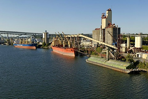 Granary and freighter in the harbour of Portland on Willamette River, Oregon, USA