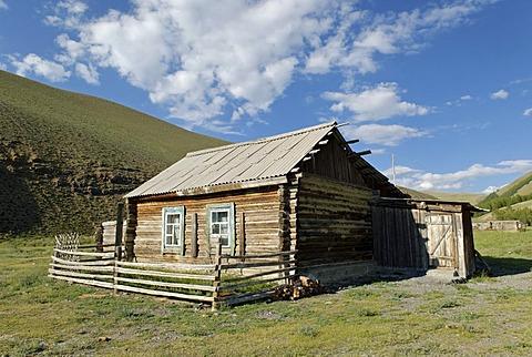 Log cabin, winter camp of Altay nomads, Chuja Steppe, Sailughem, Saylyugem Mountains, Altai Republic, Siberia, Russia, Asia