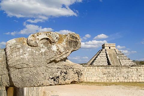 Chichen Itza, Quetzalcoatl, Feathered Serpent deity and Stepped pyramid of Kukulkan, El Castillo in the background, Yucatan, Mexico, UNESCO World Heritage Site Quetzalcoatl, Feathered Serpent deity, Stepped pyramid of Kukulkan, El Castillo - The Castle, C