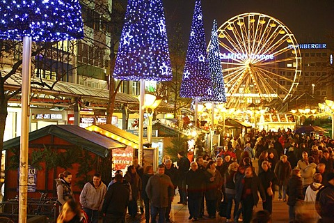 Christmas market in the evening, Koenigsstrasse, pedestrian zone, downtown Duisburg, North Rhine-Westphalia, Germany, Europe