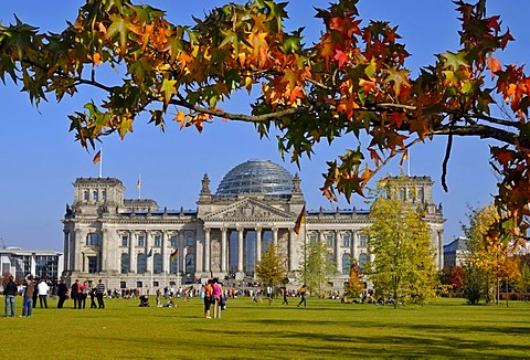 Tourists in front of the Reichstag building in autumn, seat of the German Bundestag, government district, Bezirk Mitte, Berlin, Germany, Europe