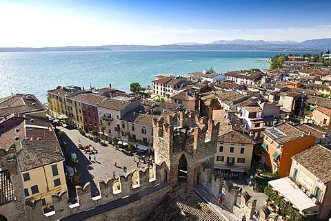 Historic city centre of Sirmione, Lake Garda at back, Lago di Garda, Lombardy, Italy, Europe