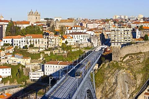 Train on the Ponte de Dom Luis I Bridge, on its way from Porto to the Vila Nova de Gaia quarter, Porto, Portugal, Europe