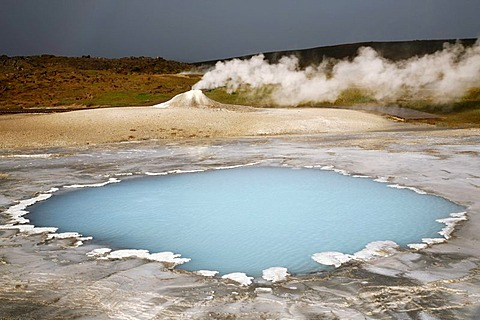 Blahver, blue spring, the most beautiful blue water pool in Hveravellir in the Highlands, in front of Oeskjuholt, a steaming calc-sinter mound which looks like a mini volcano, Hveravellir, Iceland, Europe