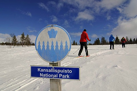 Nordic ski, cross-country skiers, sign indicating Kansallispuisto Nationalpark, Kiilopaeae, Ivalo, Lapland, Finland, Europe