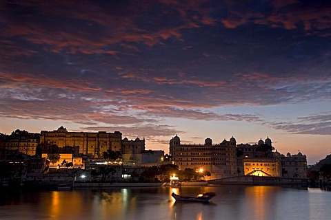 Dawn over the City Palace and Lake Piccola, Udaipur, Rajasthan, North India, Asia