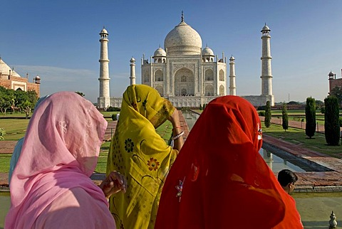 Women wearing saris in front of the mausoleum of the Taj Mahal, Agra, Uttar Pradesh, North India, India, Asia