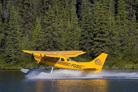 Starting float plane, bush plane, Cessna 206, Caribou Lakes, Liard River, British Columbia, Yukon Territory, Canada, North America