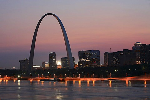 The Arch, the landmark of St. Louis on the Mississippi River, Missouri, USA