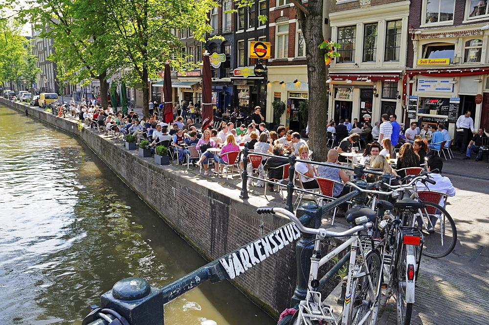 Cafe, canal, bridge, bikes, historic centre of Amsterdam, Holland, Netherlands, Europe