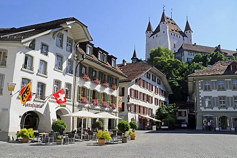 Rathausplatz Square, Town Square, restaurant, gastronomy, Swiss flag, Thun Castle, historic district, Thun, Canton of Berne, Switzerland, Europe