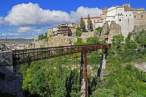 Bridge crossing the deep ravine to the hanging houses, las casas colgadas, UNESCO World Heritage Site, Cuenca, Castile-La Mancha, Spain, Europe