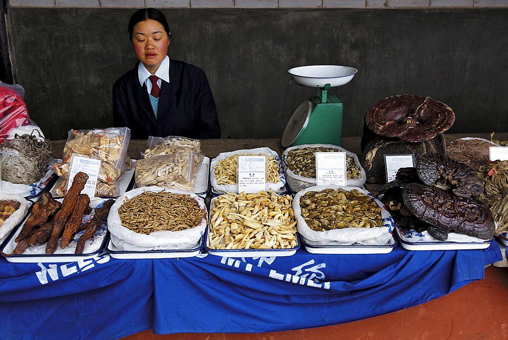Selling of dried mushroons, Mount Emei near Chengdu, China, Asia