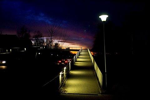03.04.2005, DEU, Mannheim, danger point pedestrian bridge at night