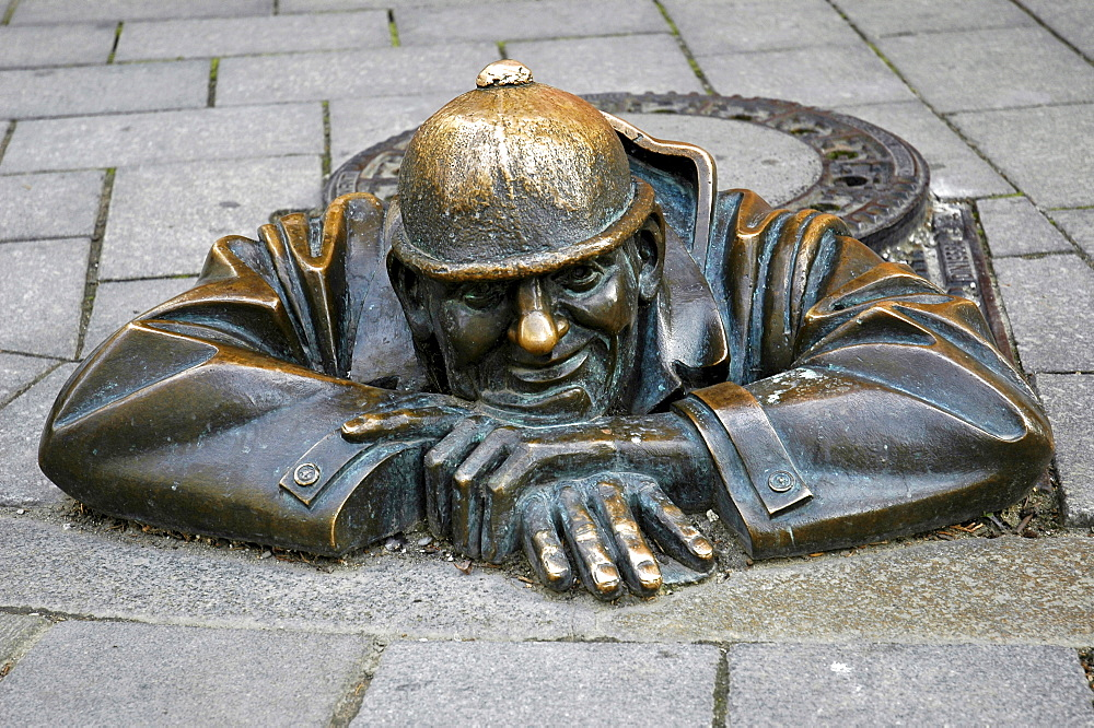 Canal worker by Viktor Hulik, Bronze figure, Bratislava, Slovakia