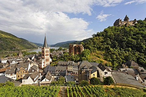View from the Posten tower to the village with the evangelic church St.Peter the gotic Werner chapel and the castle Stahleck, Bacharach on the Rhine, Rheinland-Pfalz, Germany