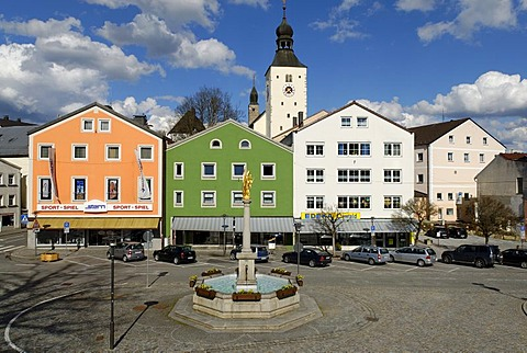 Market Square with fountain in front of the parish church of St Michael, Regen, Bavarian Forest, Lower Bavaria, Germany, Europe