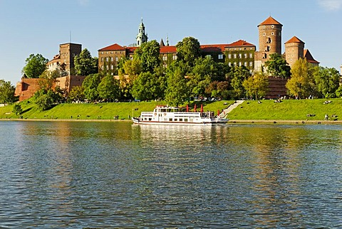 Wawel Hill on the Vistula River, Wisla, UNESCO World Heritage Site, Krakow, Poland, Europe