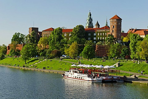 Pleasure boat on the Wis&a River, Vistula River, Wawel Hill in Krakow, UNESCO World Heritage Site, Poland, Europe