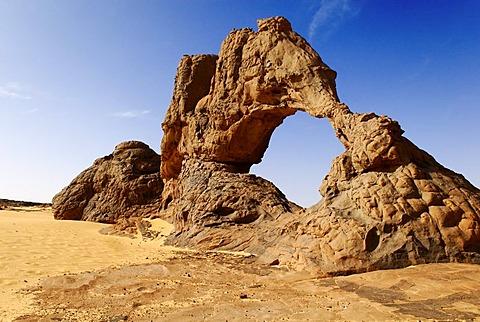 Stone archway, Youf Ahakit, Tassili du Hoggar, Wilaya Tamanrasset, Algeria, Sahara, North Africa