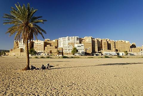 View towards the historic city centre of Shibam, UNESCO World Heritage Site, Wadi Hadramaut, Yemen, Arabia, Arab peninsula, the Middle East
