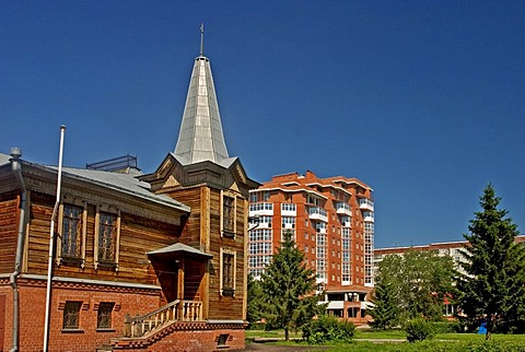 Old Sibirian Building used as Museum in the background modern Block of Flats, Omsk, Sibiria, Russia, GUS, Europe,