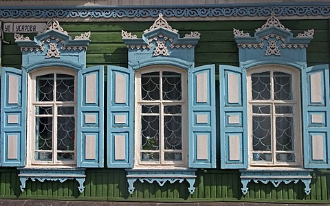Windows with Ornamentic frames at different old Sibirian Wooden Houses, Omsk at the Rivers of Irtisch and Omka, Omsk, Sibiria, Russia, GUS, Europe,