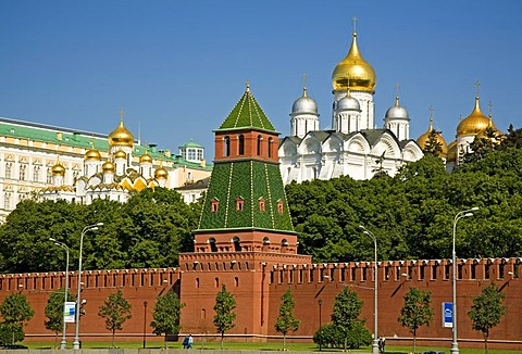 The Kreml Wall with the Nameless Tower, Cathedral of Mary Annunciation and Archangel Michael Cathedral, Moscow, Russia, East Europe, Europe