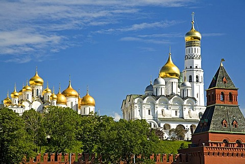 Kreml Wall with Tajnikij Tower, with Cathedral of Mary Annunciation and Archangel Michael Cathedral and the Bell Tower Ivan Velikij , Moscow, Russia, East Europe, Europe