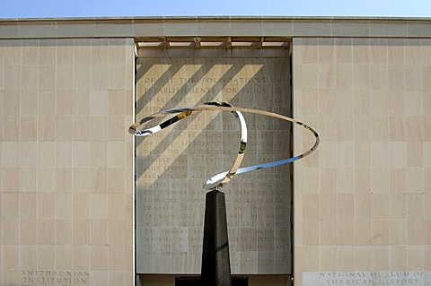 Infinity-sculpture by Jose Rivera, abstract work of art in front of the National Museum of American History, Washington, D.C., USA