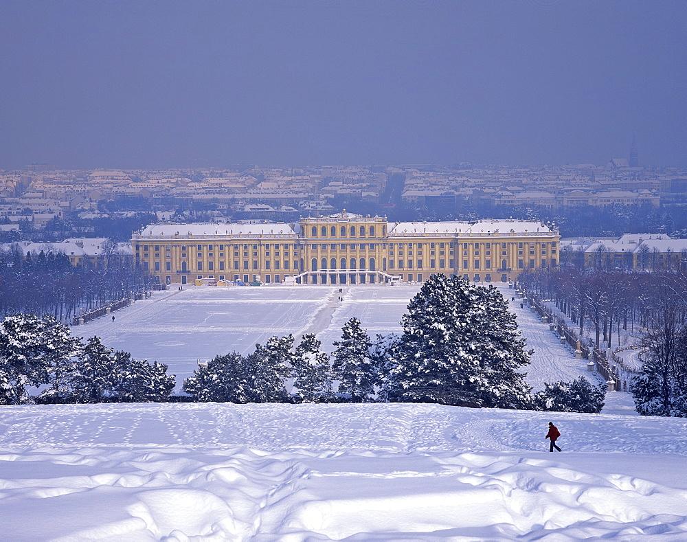 Schloss Schoenbrunn (Schoenbrunn Palace) in wintertime, Vienna, Austria, Europe