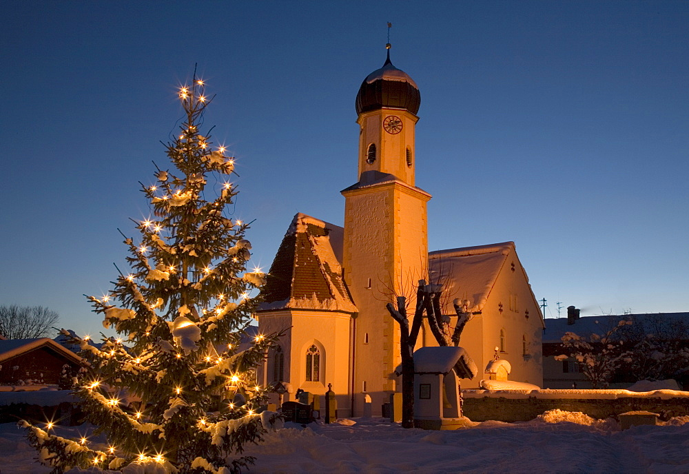Church in the evening, illuminated, Christmas tree, Wallgau near Mittenwald, Upper Bavaria, Germany, Europe