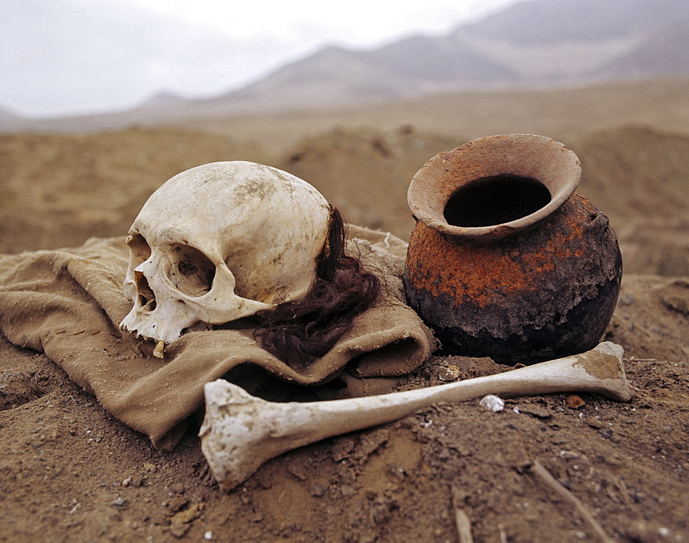 Inca graves, skull and bones, clay pot, archaeological excavations, Puruchuco-Huaquerones, near Lima, Peru, South America
