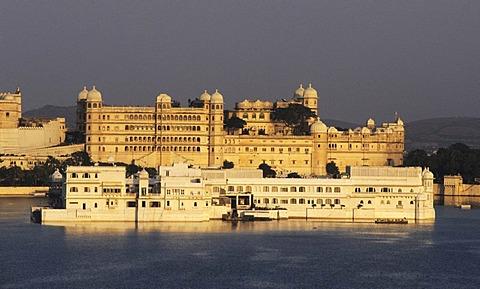 City Palace, Lake Palace Hotel, Lake Pichola, Udaipur, Rajasthan, India