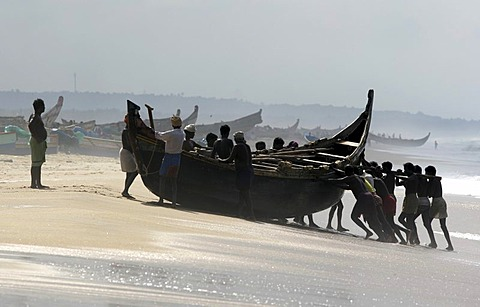  IND, India, Kerala, Trivandrum : Fishermen at the beach, Malabar coast, south of Trivandrum  