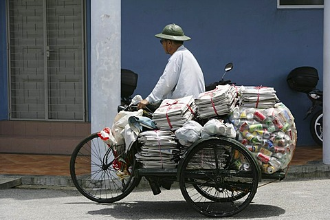 | SGP, Singapore: Little India, indian quarter. Recycling collector of paper and cans. Trishaw