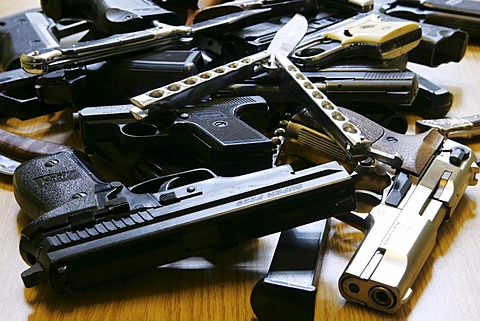 Germany : Illegal weapons, knifes, confiscated from young people