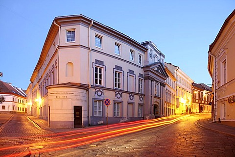 Alley at night in the university district of the historic city centre of Vilnius, Lithuania, Baltic States, Northeastern Europe