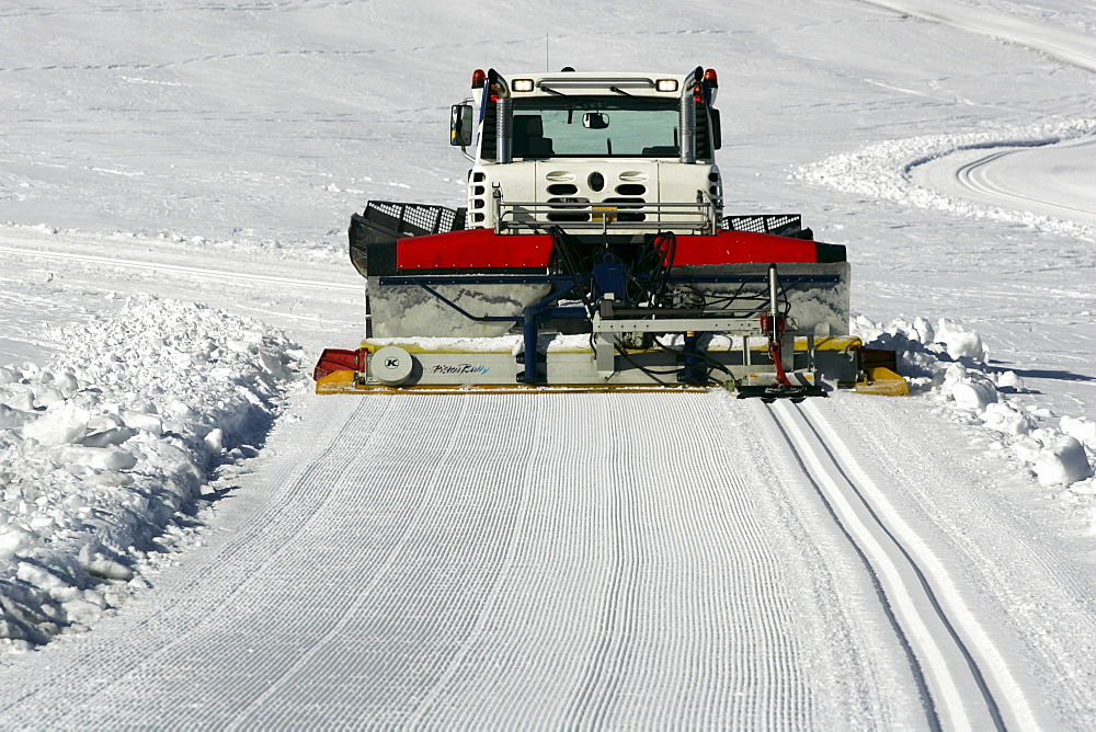 Snow groomer with cross-country ski-track machine