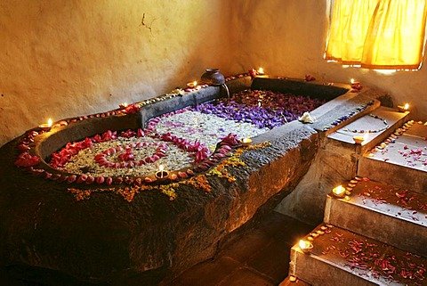 LKA, Sri Lanka : Siddhalepa Ayurveda Resort , ayurvedic flower bath, for relaxation.
