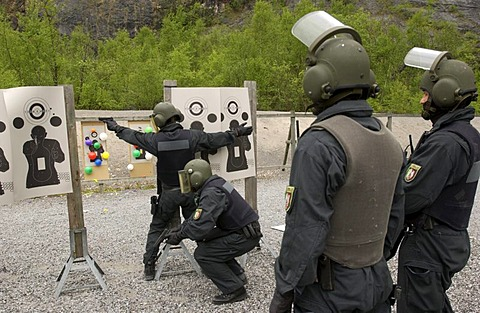 DEU, Germany: Basic training for future SWAT Team officers. They learn, during a year long course, all the basics which they need for their job in the special operation police units