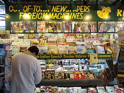 USA, United States of America : News stand. Newspaper shop. International papers.
