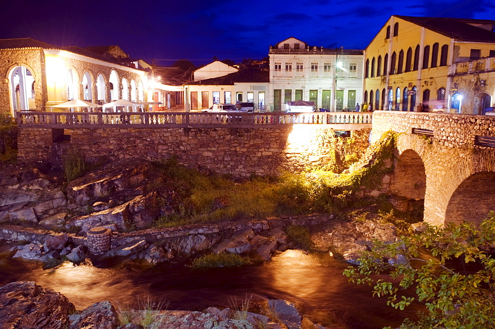 Bridge over the Lencois River, with a view onto Praca Aureliano Se, at left the Mercado Municipal, in Lencois the main town in the Chapada Diamantina National Park, Bahia, Brazil, South America