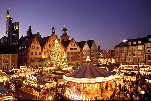 """Frankfurt/M, Germany: Chistmas market on the Frankurt place """"Roemerberg"""" with the town hall """"Roemer"""" in the background, furtheron in the BG the tower of the """"Paulskirche"""" and the building of the """"Commerzbank"""""""