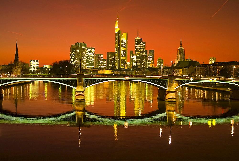 Sunset, Ignatz Bubis Bridge and the Frankfurt skyline, Frankfurt, Hesse, Germany, Europe