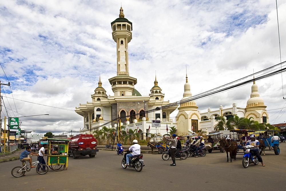 Busy street, Al Akbar-Masbagik Mosque in Masbagik at back, Lombok Island, Lesser Sunda Islands, Indonesia, Asia