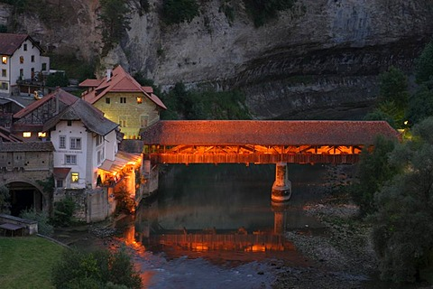 """Covered bridge over the Saane River, border of the famous """"Roestigraben"""", the language divide in Fribourg canton, Switzerland"""
