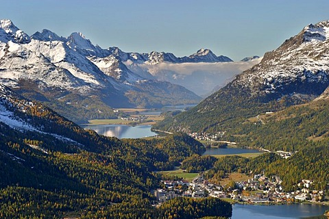 View from Muottas Muragl towards the Engadin lakes and the main valley of the Oberengadin. In the background the typical fog of Maloja. - 832-337170